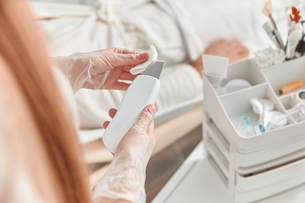 Chiudere la procedura di pulizia del viso ad ultrasuoni nel salone di bellezza professionale.
