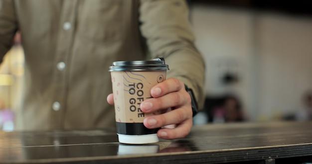 Primo piano di un uomo caucasico irriconoscibile che utilizza il pagamento senza contatto con carta di credito per il caffè wireless. tecnologie moderne e concetto di business del ristorante.
