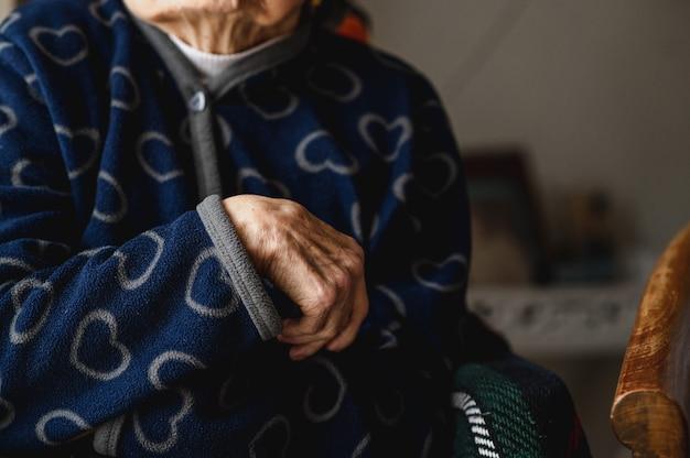 Mano della donna anziana irriconoscibile del primo piano. anziani, terza età concetto.