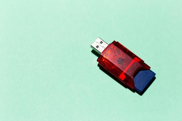 Primo piano dell'adattatore flash usb per scheda sd isolato su colore aqua menthe