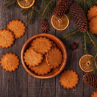 Primo piano su varie decorazioni natalizie