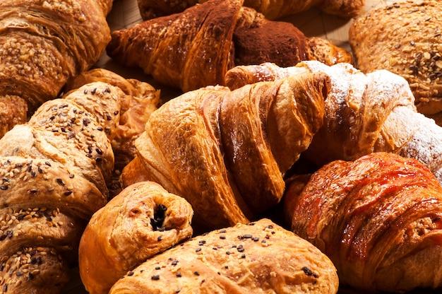 Chiuda in su di vari pasticcini del croissant