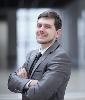 Primo piano.uomo d'affari molto felice nel suo ufficio.foto con spazio di copia