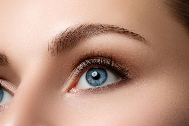 Vista ravvicinata del bellissimo occhio femmina blu. buona visione, lenti a contatto, fiducia o concetto di osservazione