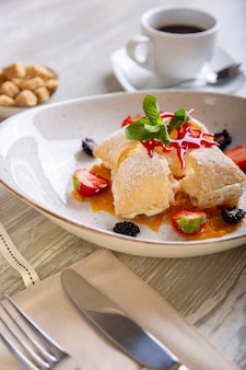 Primo piano vista del bellissimo dessert dolce elegante, napoleone, servito sul piatto