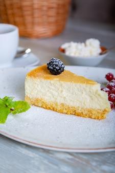 Chiuda sulla vista di bello dessert dolce elegante servito sul piatto. splendida decorazione, piatto del ristorante, pronto da mangiare. ora del tè, atmosfera accogliente.