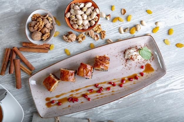 Chiuda sulla vista di bello dessert dolce elegante servito sul piatto