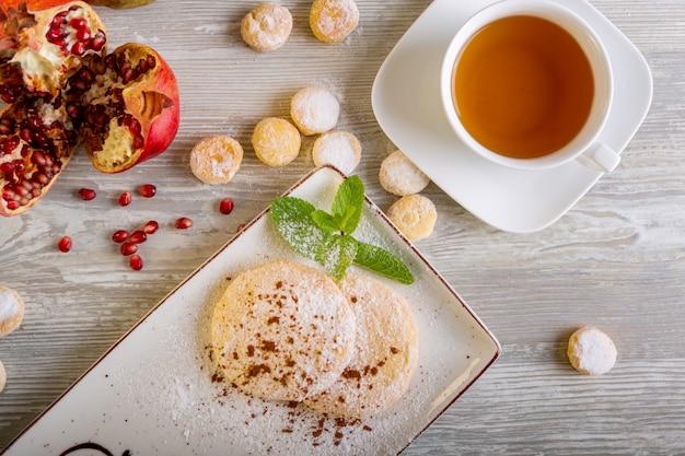 Chiuda sulla vista di bello dessert dolce elegante, biscotto al burro, servito sul piatto