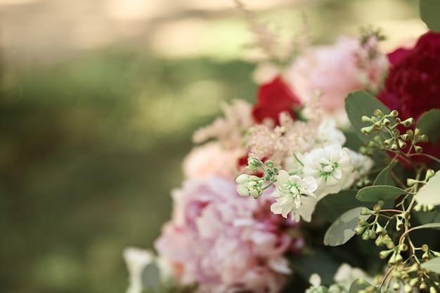 Vista ravvicinata bellissimo bouquet da sposa di fiori