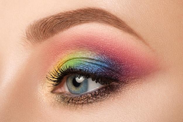 Vista ravvicinata dell'occhio femmina blu con bellissimo trucco creativo moderno