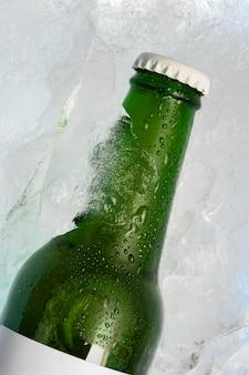 Vista ravvicinata della bottiglia con copia spazio