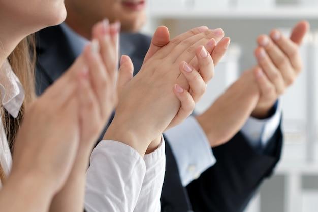 Vista ravvicinata degli ascoltatori del seminario di lavoro che applaudono le mani. formazione professionale, incontro di lavoro, presentazione o concetto di coaching