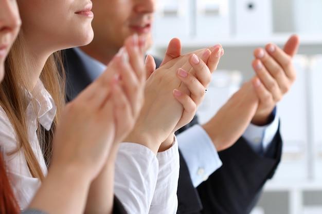 Vista ravvicinata degli ascoltatori del seminario di lavoro che applaudono le mani