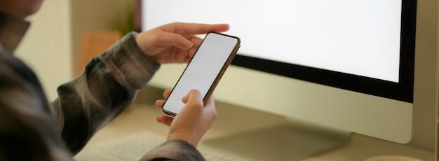 Primo piano vista imprenditrice utilizzando smartphone mock-up per contattare il suo collega