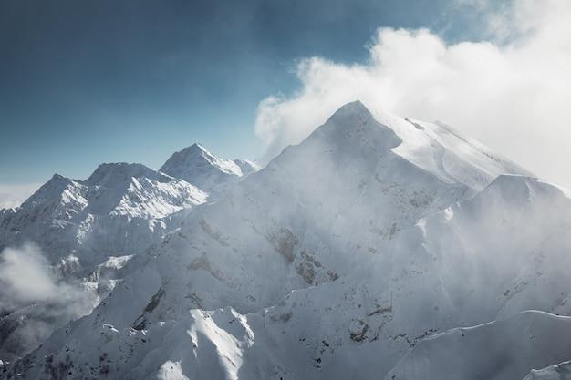 Vista ravvicinata sulle montagne del caucaso dal rosa peak, krasnaya polyana, russia