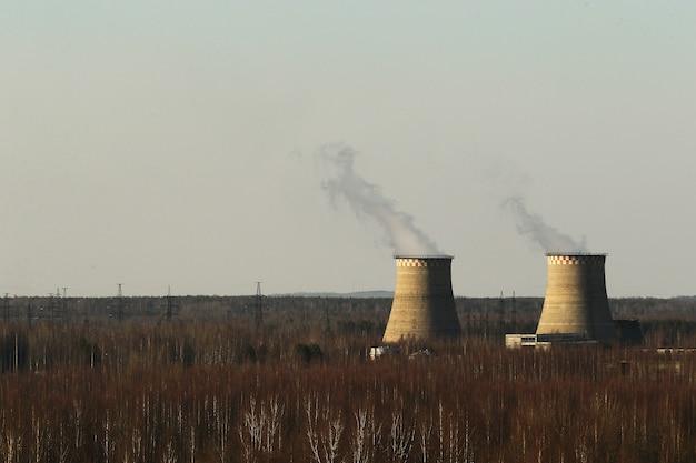 Vista ravvicinata in corrispondenza di un camino di una centrale termica di un riscaldamento del locale caldaia contro un cielo blu