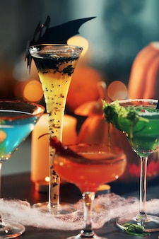 Vista ravvicinata di cocktail colorati per la festa di halloween