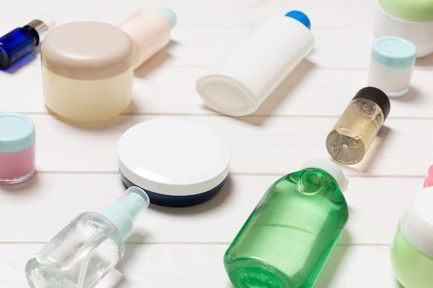 Vista ravvicinata di flaconi per la cosmetica, barattoli e contenitori