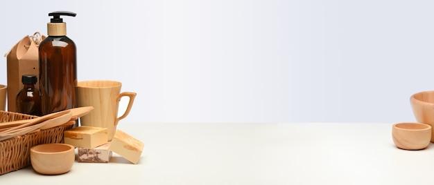 Vista ravvicinata della scena creativa con stoviglie in legno e copia spazio sul tavolo bianco, concetto di rifiuti zero