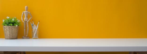 Primo piano vista dell'area di lavoro creativo con decorazioni, strumenti di pittura e copia spazio