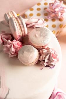 Vista ravvicinata della deliziosa torta di compleanno