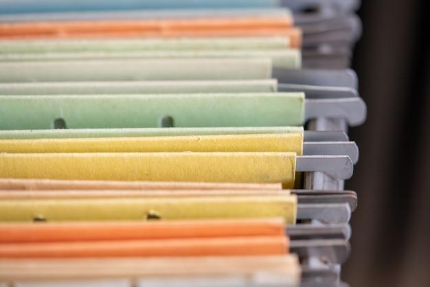 Vista ravvicinata dei documenti nei file inseriti nello schedario