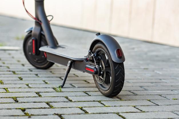 Primo piano vista di e-scooter parcheggiato sul marciapiede