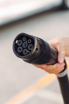 Vista ravvicinata di una spina per auto elettrica in una stazione di ricarica. concetto energetico ecologico