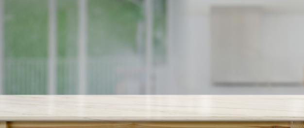 Chiuda sulla vista del contatore vuoto nella stanza della cucina