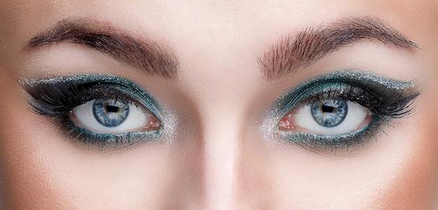 Vista ravvicinata degli occhi di una giovane ragazza con un bel trucco