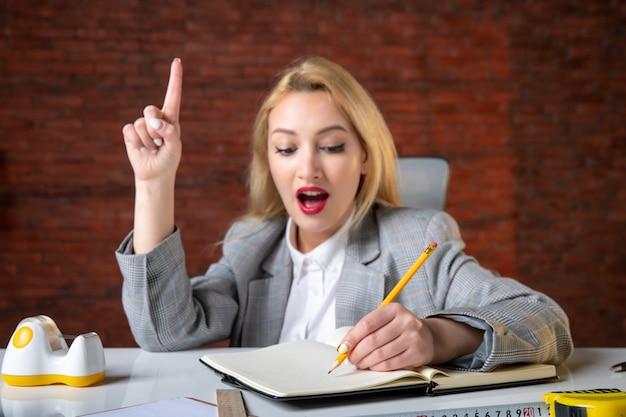 Vista ravvicinata ingegnere femminile seduto dietro il suo posto di lavoro