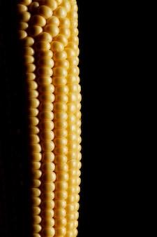 Chiuda sulla vista di cereale fresco sopra la parete nera