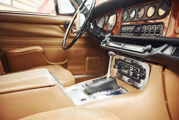 Vista ravvicinata della parte anteriore della vecchia automobile retrò di lusso.