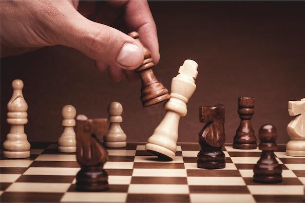 Vista ravvicinata della mano che gioca a scacchi