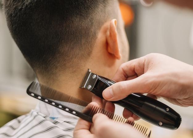 Vista del primo piano dell'uomo che ottiene un taglio di capelli