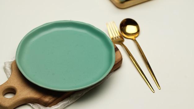 Vista ravvicinata del mock up piatto in ceramica sul vassoio in legno