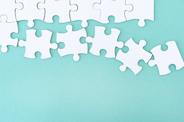 Vista ravvicinata del puzzle mockup su sfondo blu