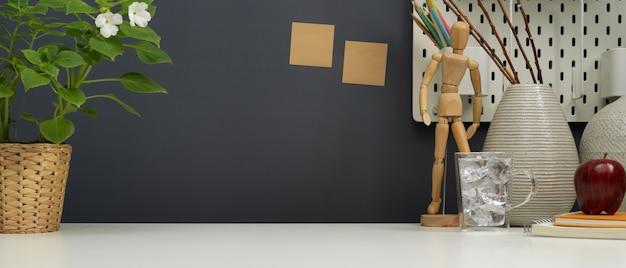 Vista ravvicinata dell'area di lavoro di design moderno con forniture per ufficio, decorazioni e spazio di copia