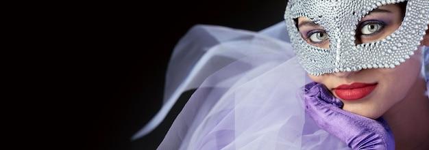 Vista ravvicinata della misteriosa donna con la maschera di carnevale