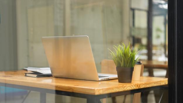 Vista ravvicinata dello spazio di coworking perfetto per uomini d'affari e studenti con cose per laptop al bar
