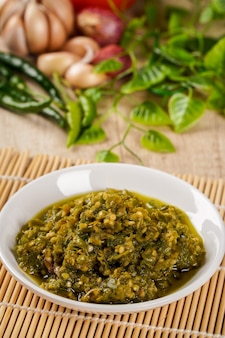 Vista ravvicinata di sambal lado mudo o sambal cabe ijo sambal cabe ijo è pasta di peperoncino verde tradizionale di padang west sumatra placcata su piastra e ingrediente di peperoncino
