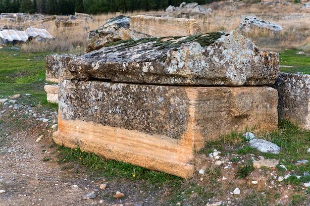 Vista ravvicinata del sarcofago nella necropoli di hierapolis in turchia. messa a fuoco selettiva