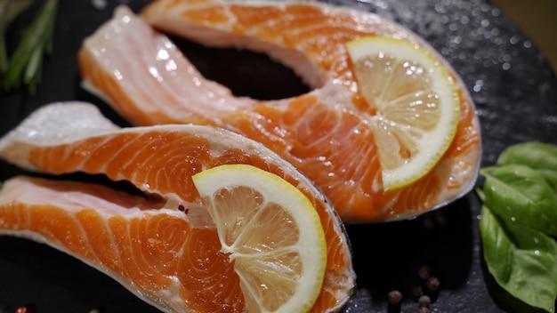 Vista ravvicinata del processo di stagionatura del filetto di salmone
