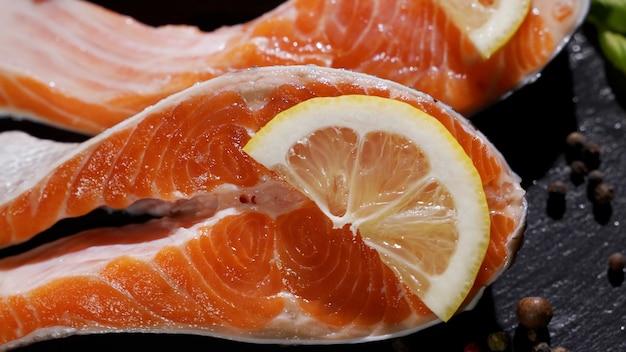 Vista ravvicinata del processo di stagionatura del filetto di salmone Foto Premium