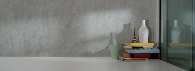 Chiuda sulla vista di interior design domestico semplice con i libri, le decorazioni e lo spazio della copia