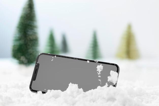 Vista ravvicinata di smartphone nella neve