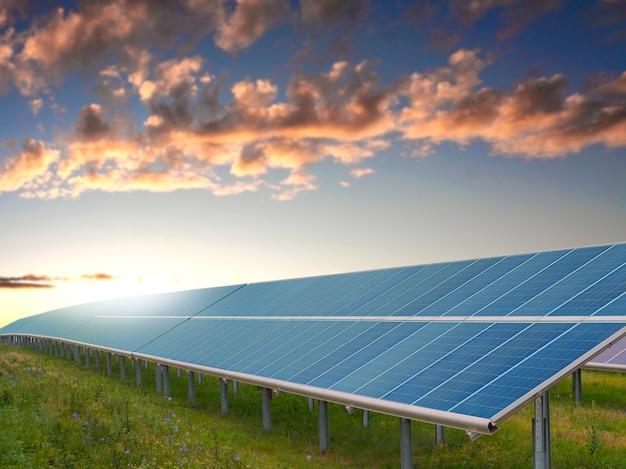 Chiuda sulla vista dei pannelli solari nel giorno soleggiato. concetto di energia verde