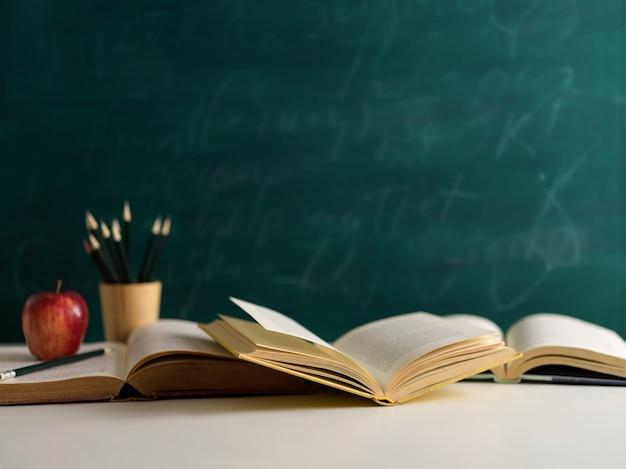 Vista ravvicinata del tavolo di studio con libri aperti