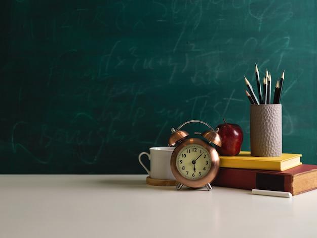 Vista ravvicinata del tavolo di studio con elementi scolastici