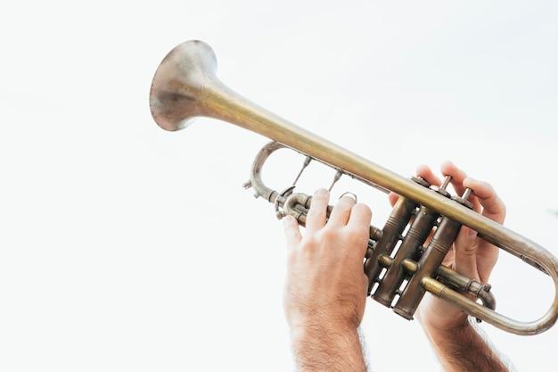 Vista ravvicinata del concetto di musica a tromba